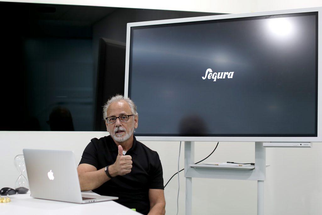 강연을 마친 후 엄지를 들어보이는 카를로스 세구라. 이미지 출처: 가비아