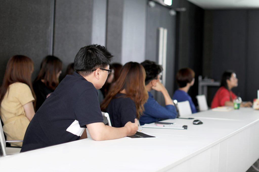 카를로스의 강연에 집중하고 있는 가비아 디자인팀. 이미지 출처: 가비아